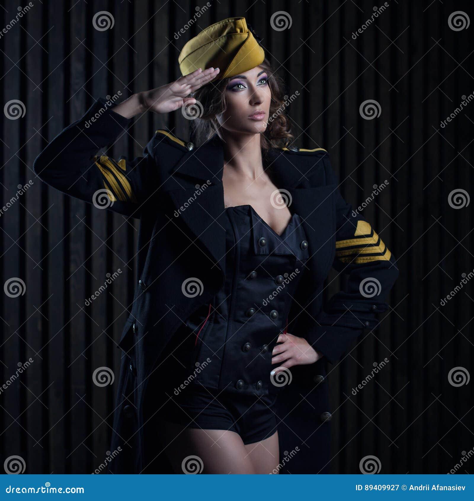 Retrato da menina em um uniforme preto do aviador