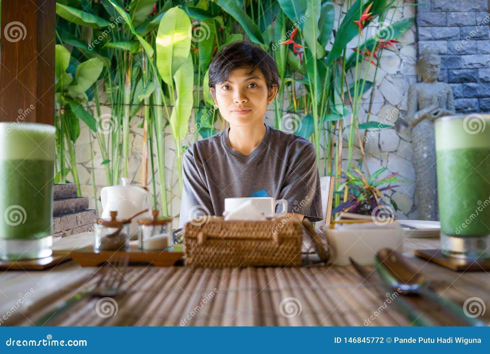 Retrato da menina indonésia asiática bonito da beleza do estilo de vida que espera seu café da manhã