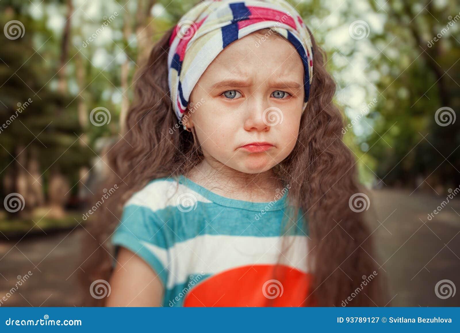 Retrato da menina irritada e triste Emoções do ` s das crianças