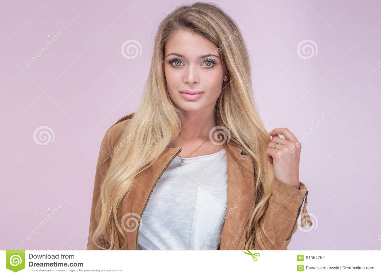 Retrato da menina loura bonita