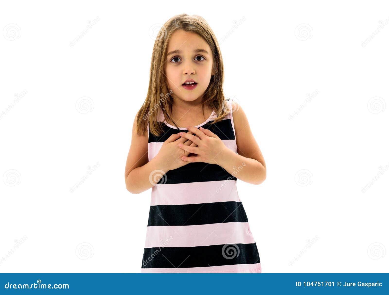 Retrato da menina nova feliz com emoções no branco