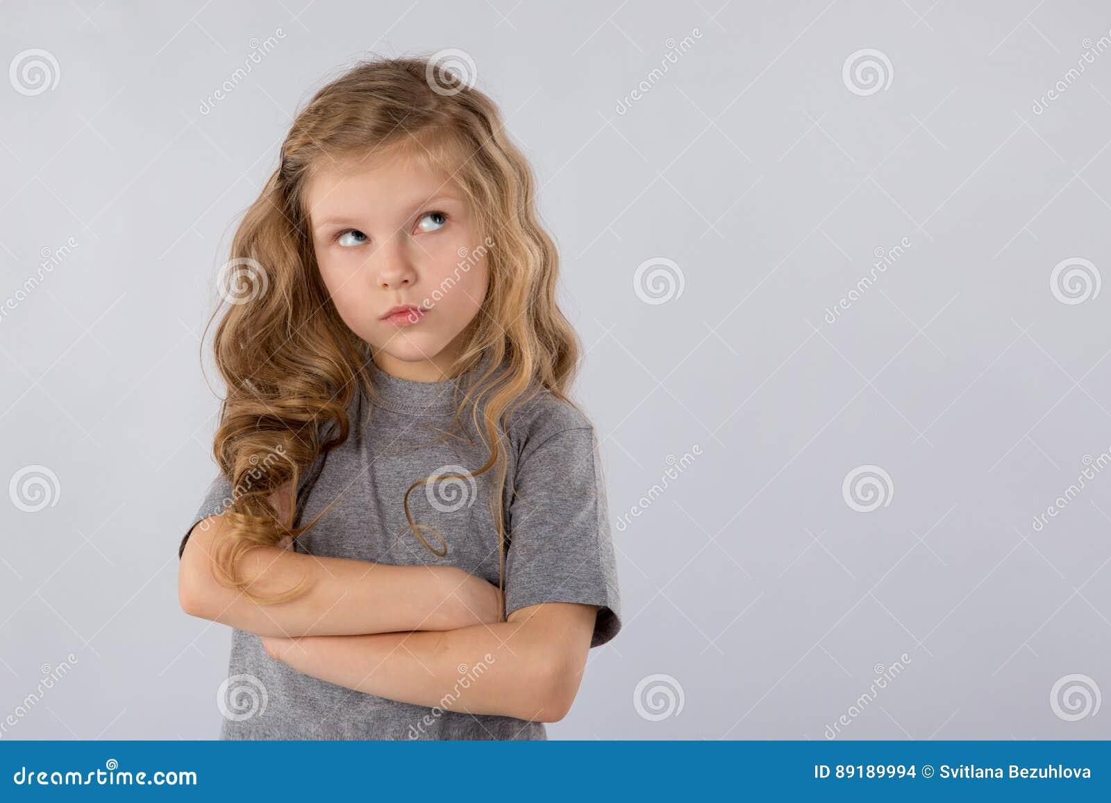 Retrato da menina pensativa isolado em um fundo branco