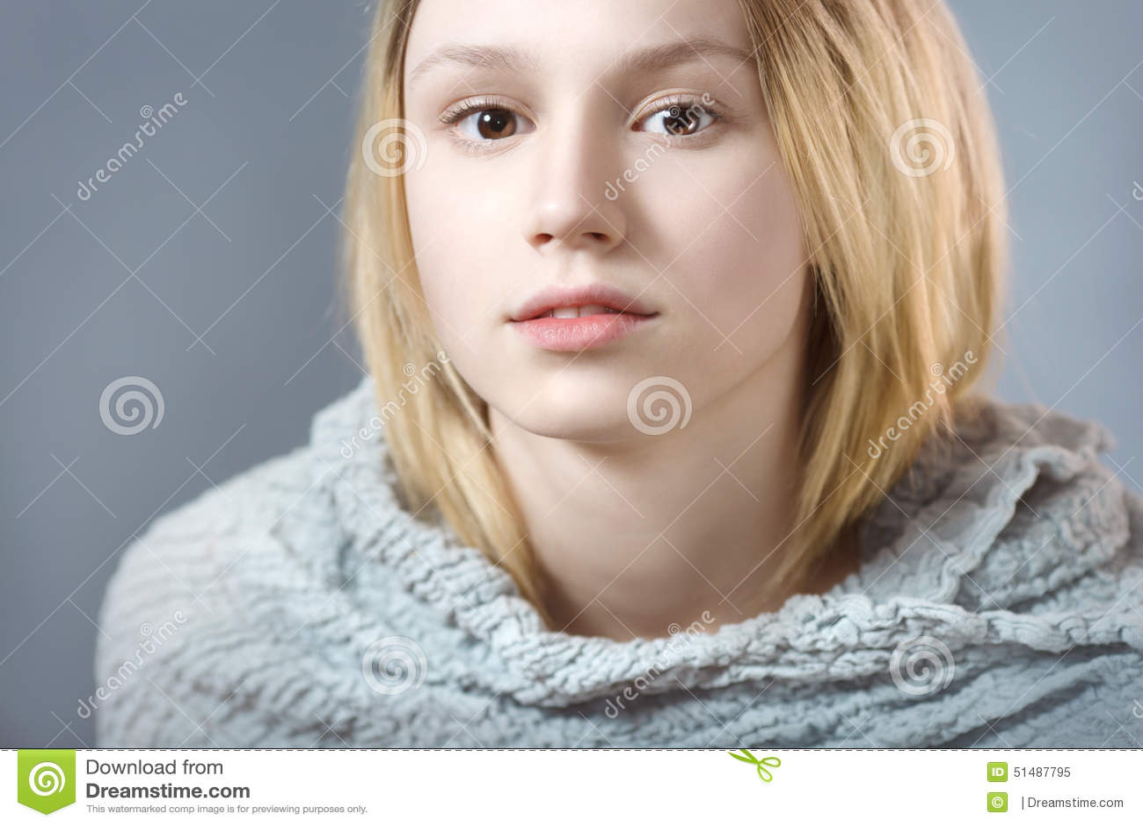 Retrato da menina pensativa no close up cinzento das cores pastel