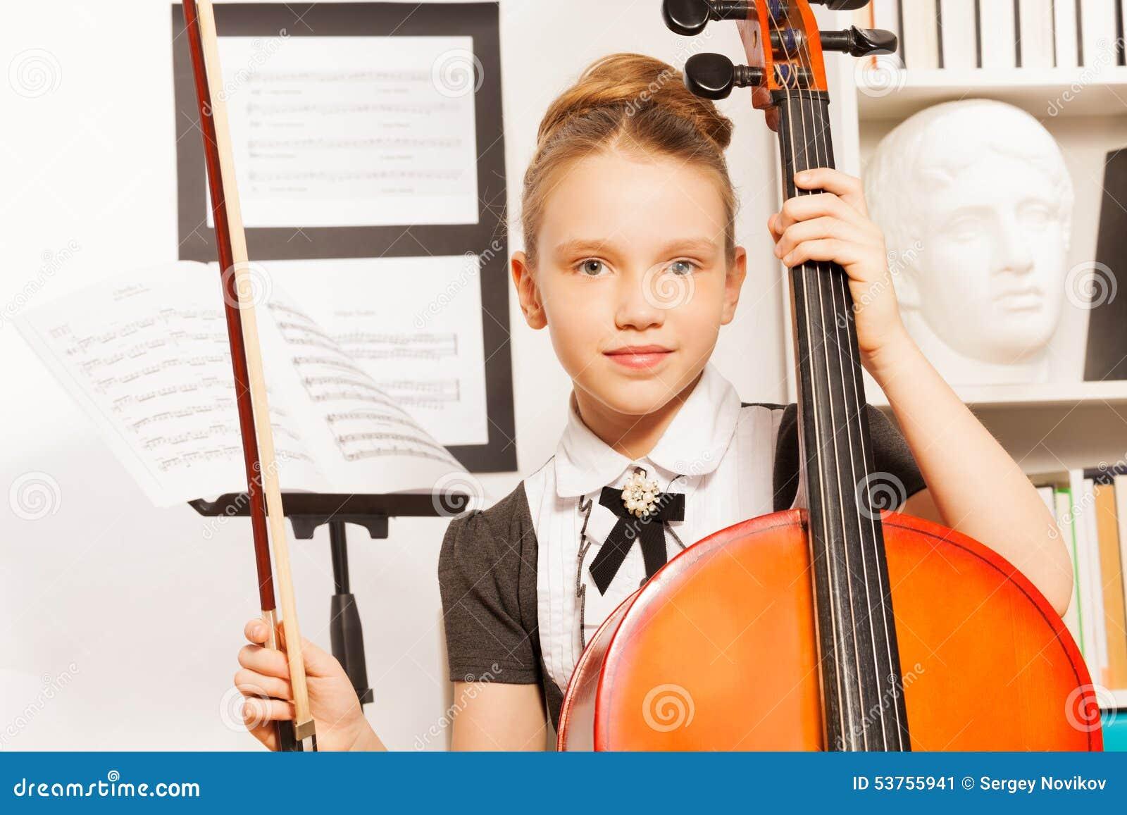 Retrato da menina que guarda a violino-curva para jogar o violoncelo