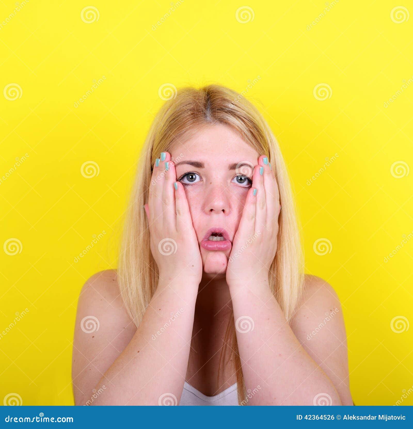 Retrato da menina surpreendida contra o fundo amarelo