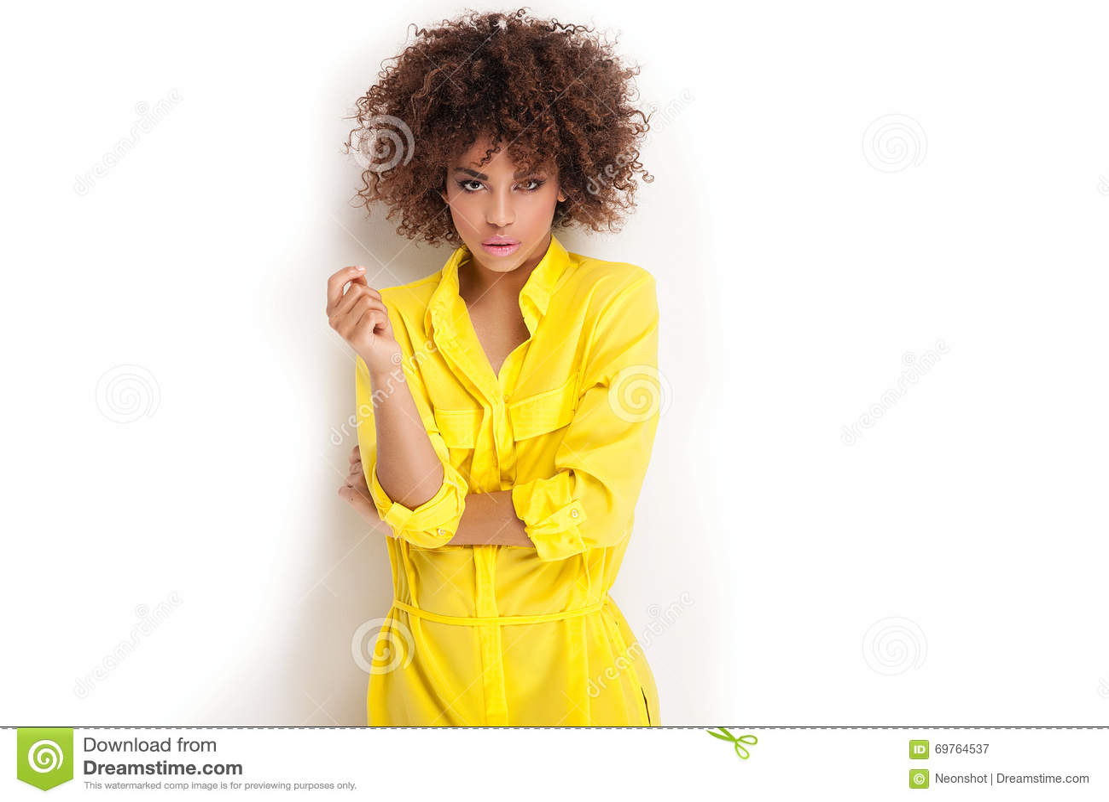Retrato da moça com afro