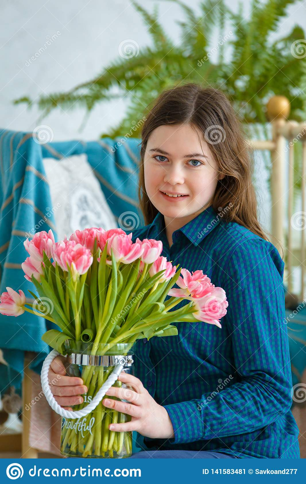 Retrato da mola de uma menina com tulipas cor-de-rosa