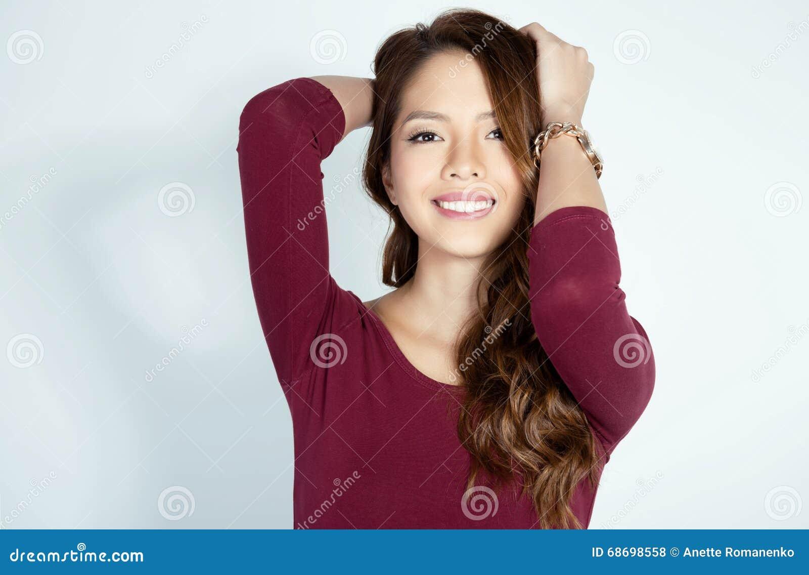 Retrato da mulher asiática nova womanbeautiful asiática nova bonita que veste um wat do pulso