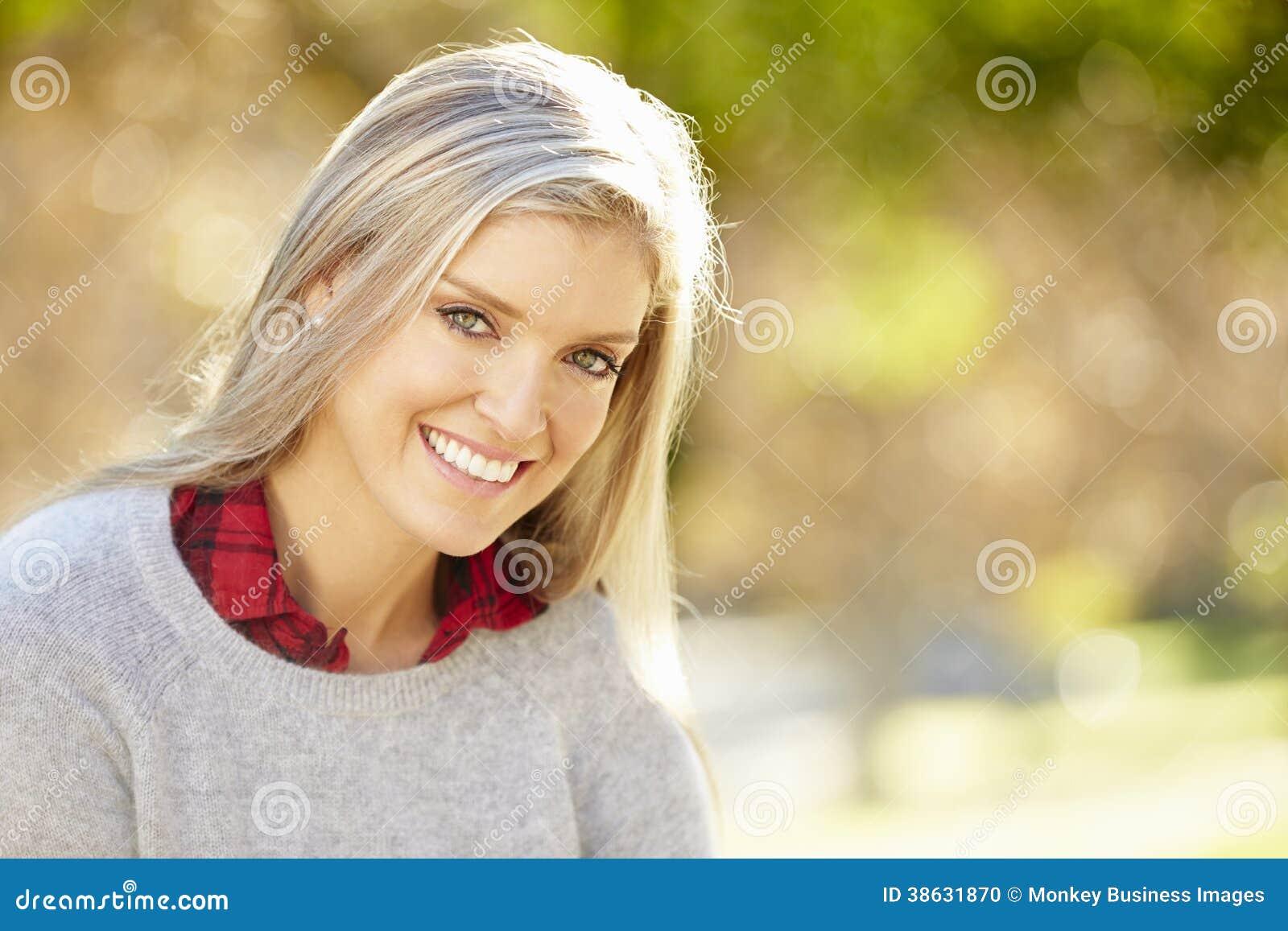 Retrato da mulher atrativa no campo
