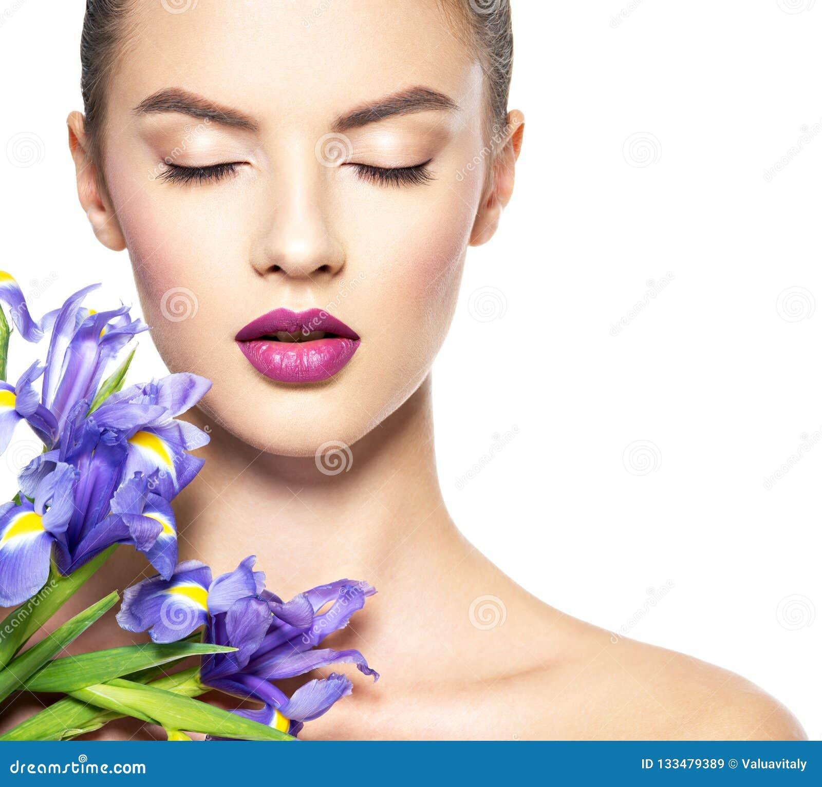 Retrato da mulher bonita nova com uma pele limpa saudável de t