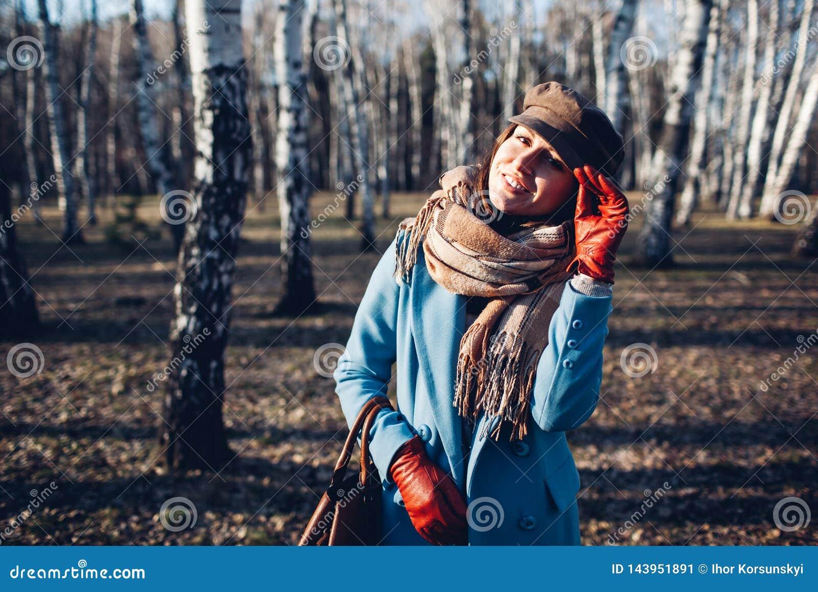 Retrato da mulher bonita nova no revestimento do blye do outono Foto da forma