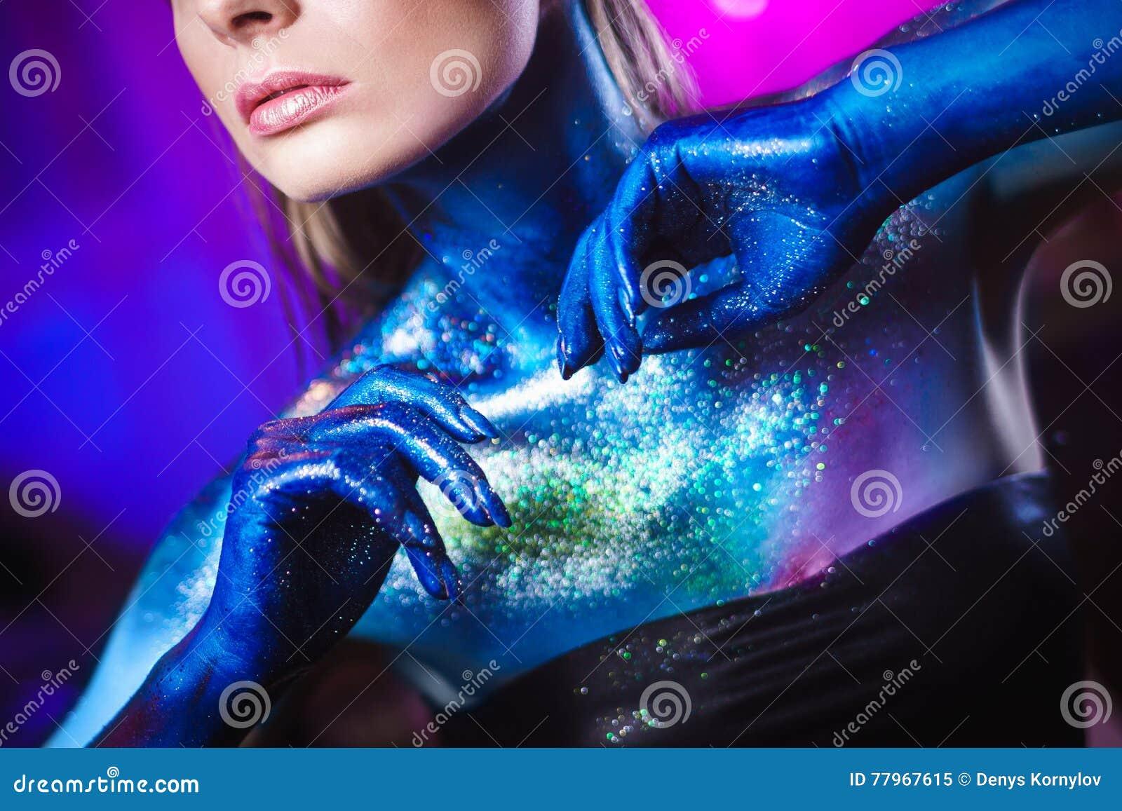 Retrato da mulher bonita pintado com cores cósmicas e spangled