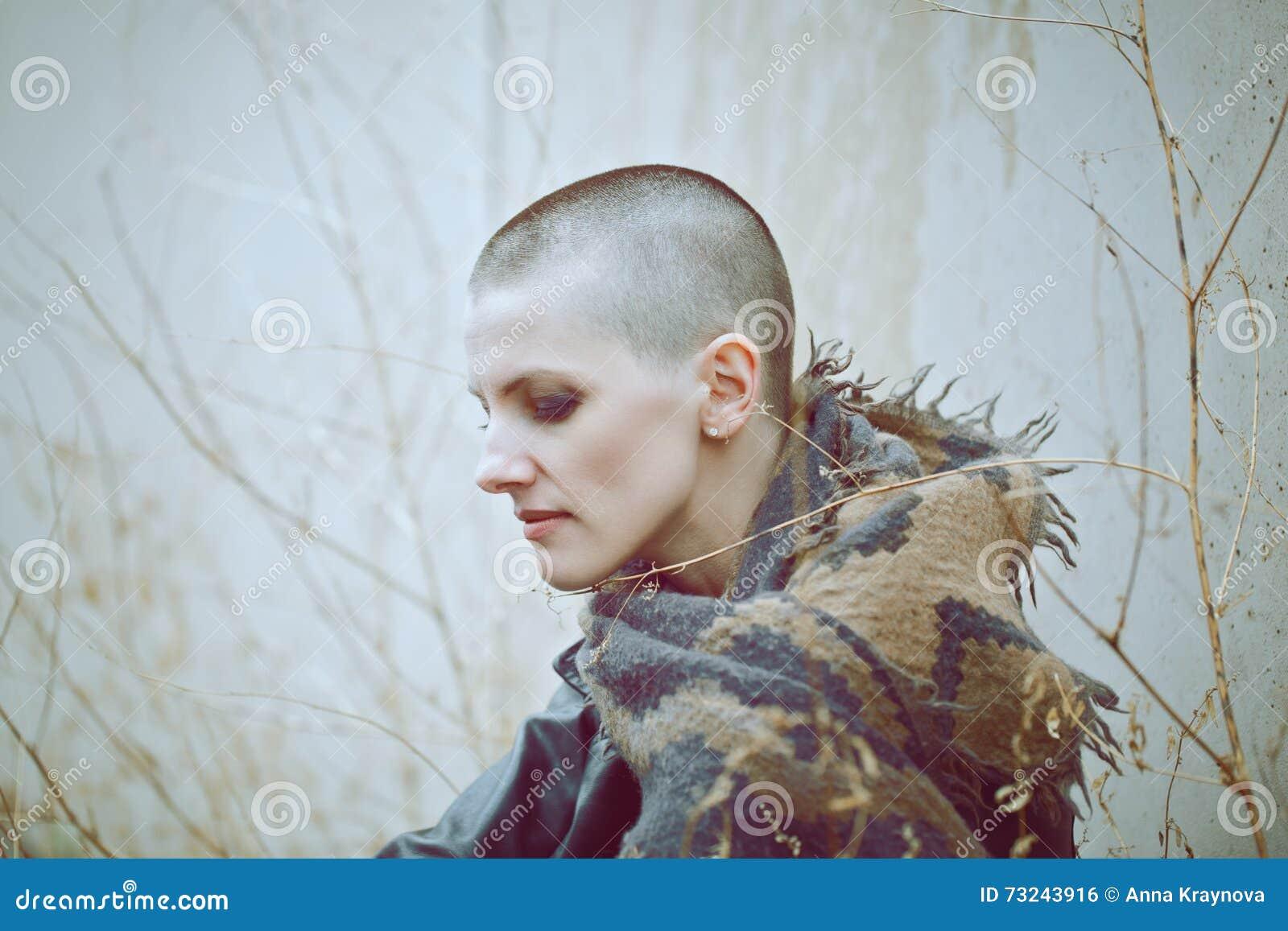 Retrato da mulher calva nova branca caucasiano bonita triste da menina com cabeça barbeada do cabelo no casaco de cabedal e no le