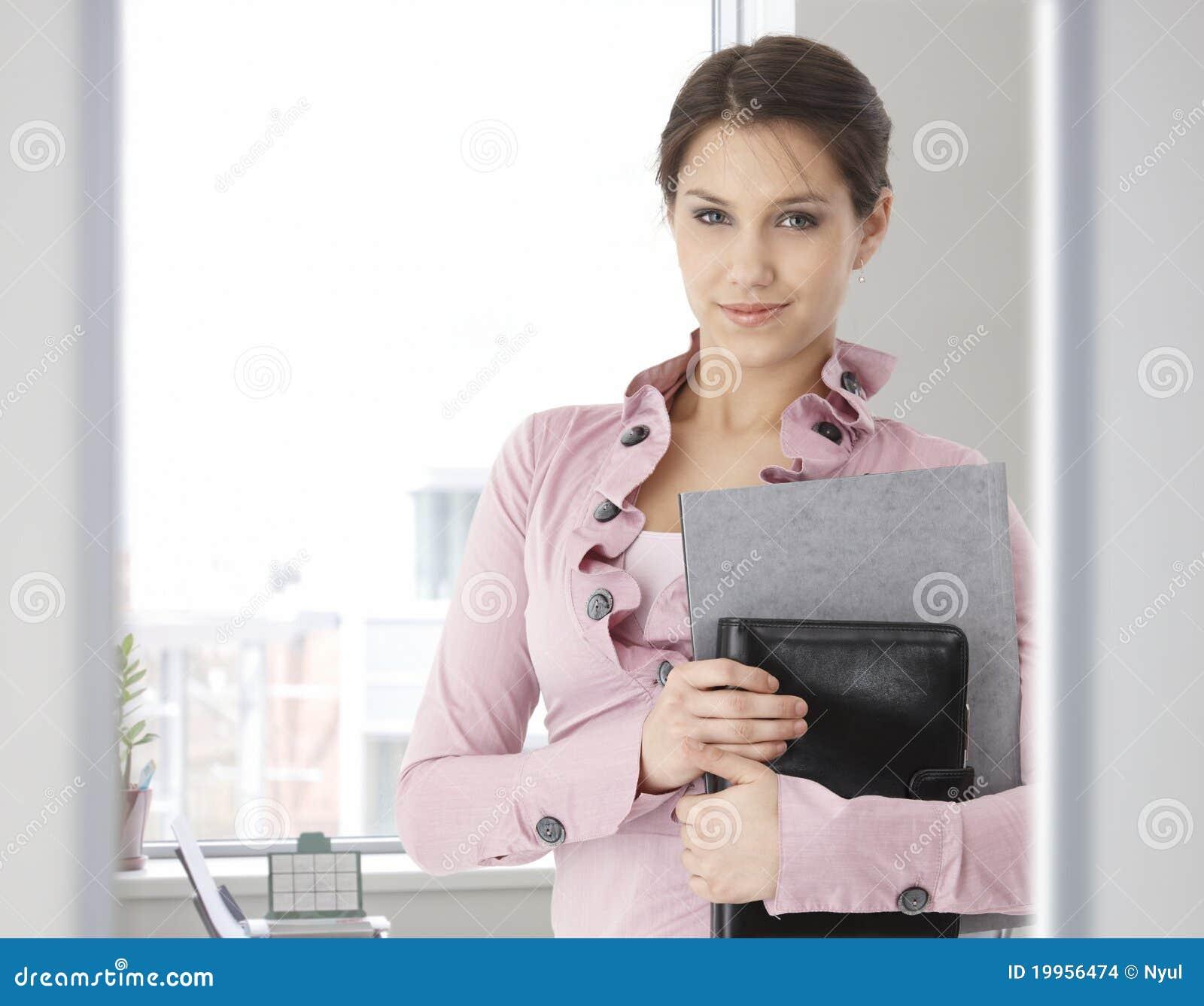Retrato da mulher caucasiano nova no escritório