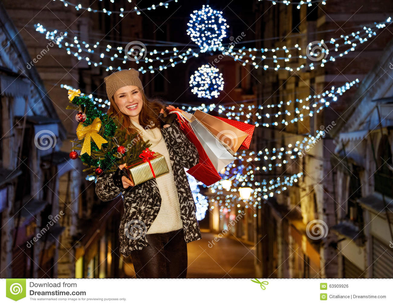 Este Natal está esmagando na forma que compra para a frente Retrato da  jovem mulher de sorriso à moda vestida que guarda a árvore 8af007122f07c