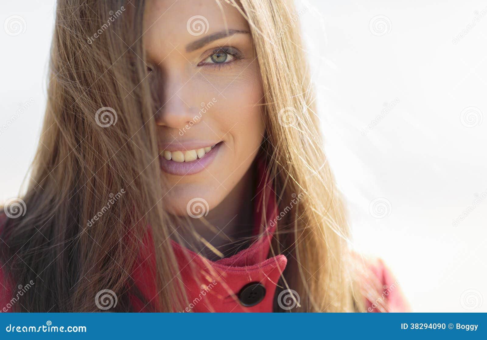 Retrato da mulher consideravelmente nova