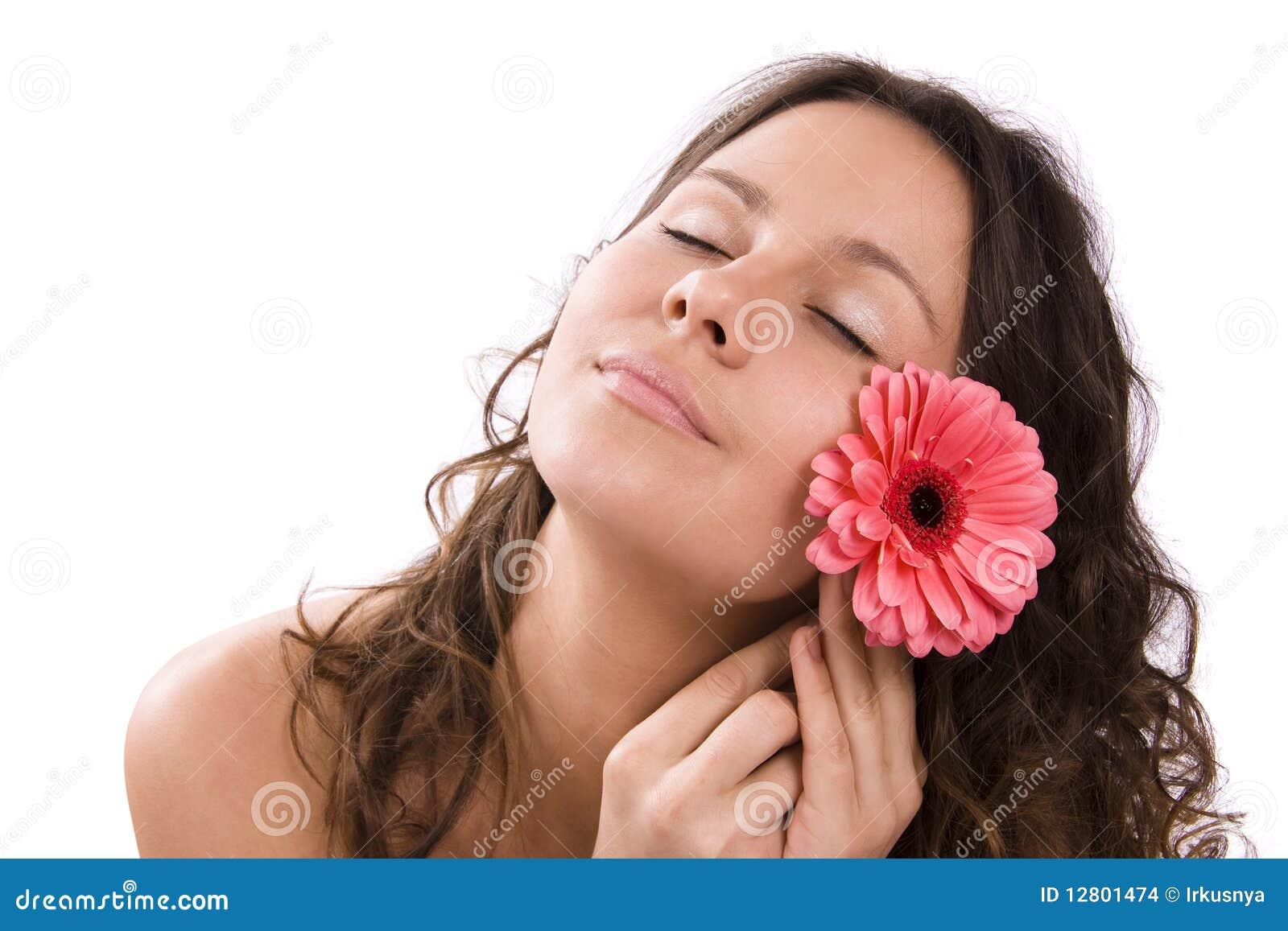 Retrato da mulher consideravelmente nova com flor