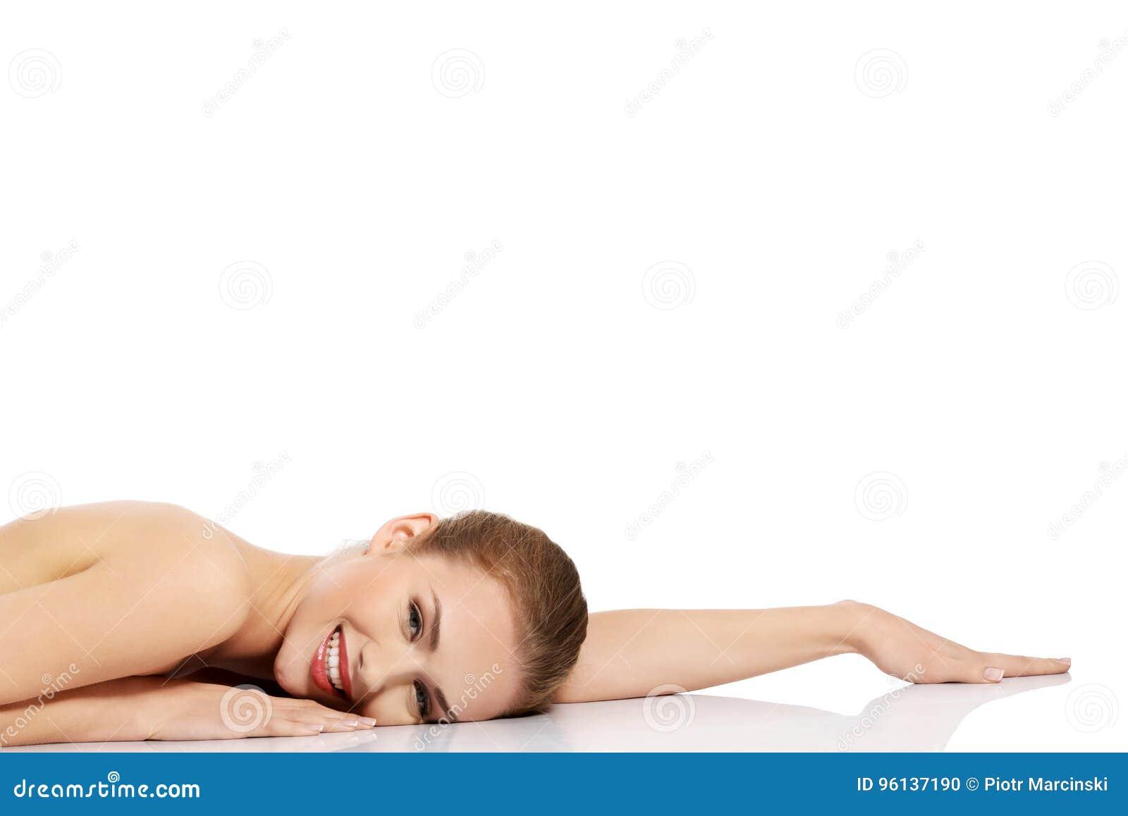 Retrato da mulher da beleza Girl modelo bonito com pele limpa fresca perfeita Conceito do cuidado do corpo
