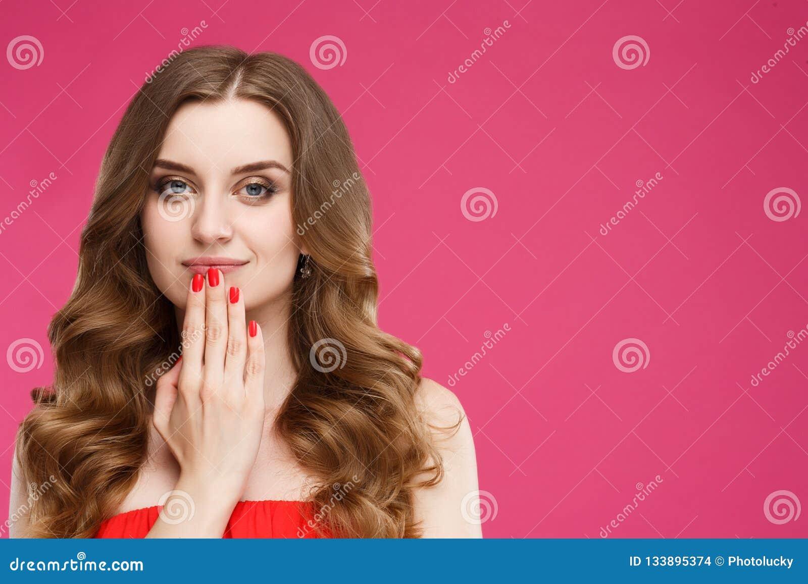 b9c2aa758 Retrato da mulher de cabelo vermelha bonita que levanta na câmera e que  toca pelos braços