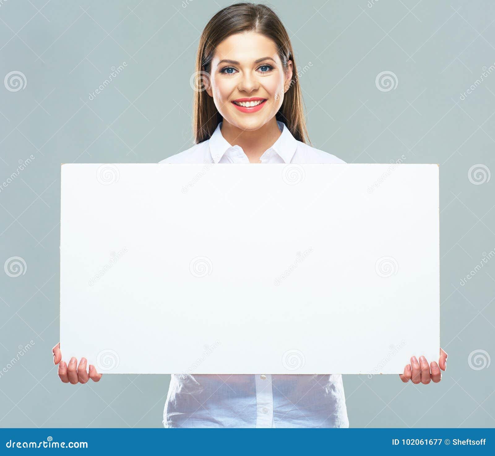 Retrato da mulher de negócio que guarda a placa do sinal