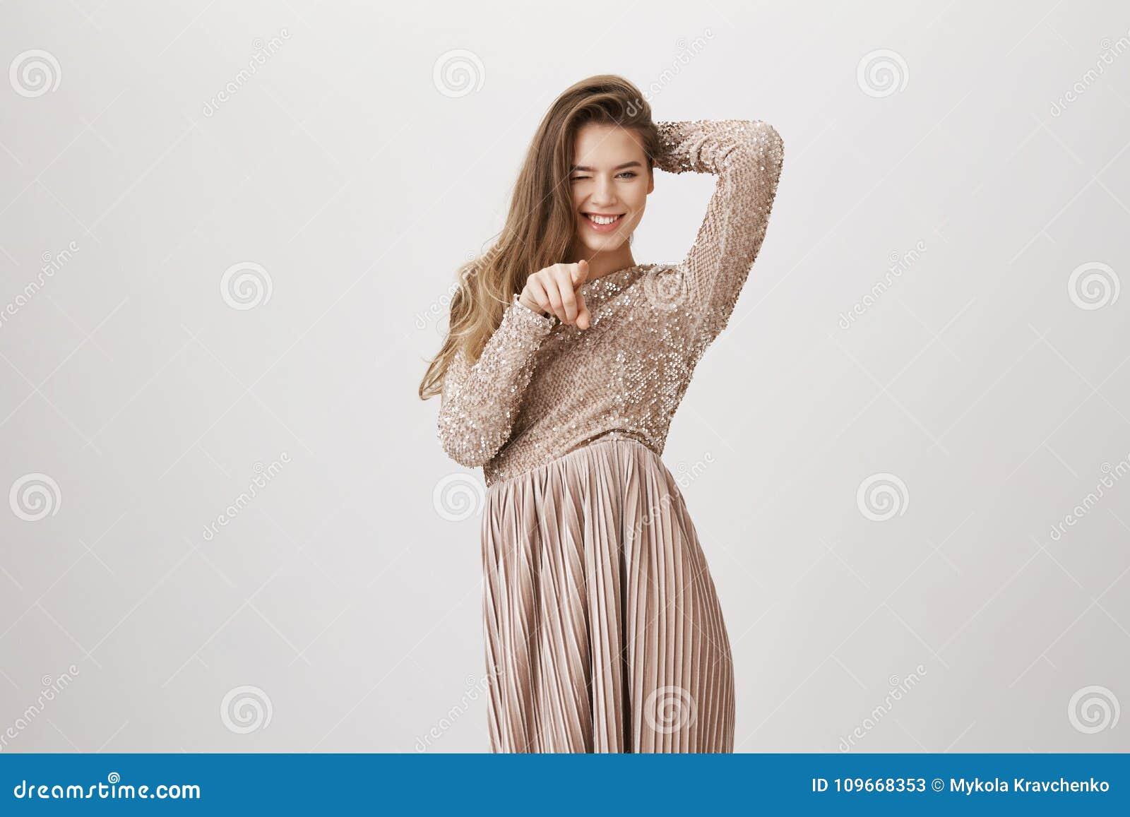 04e34a35b Retrato da mulher de negócios adulta europeia encantador no vestido de noite  elegante