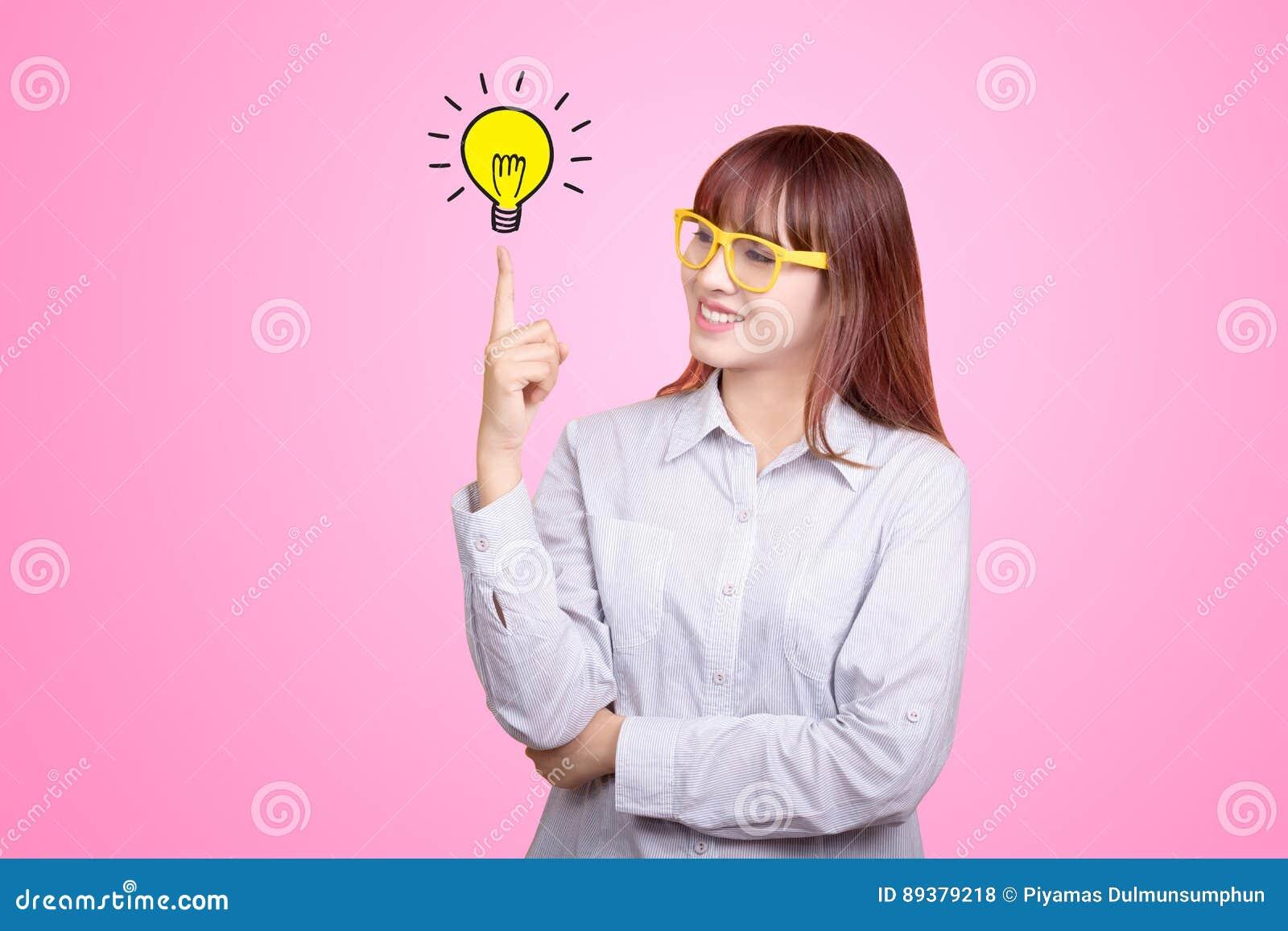 Retrato da mulher de negócios asiática nova no escritório Conceito crescente do negócio do sucesso