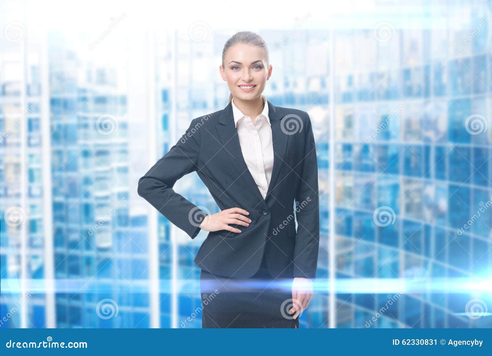 Retrato da mulher de negócios com mão no quadril