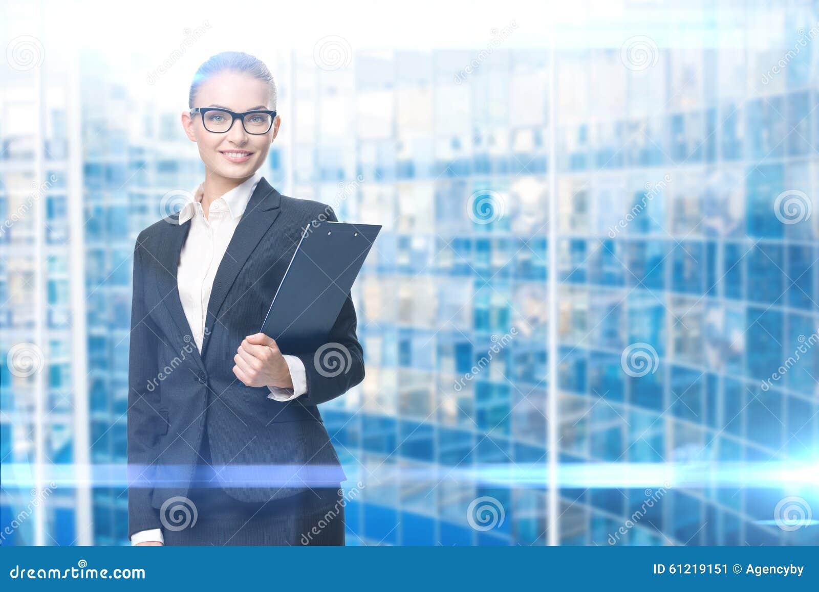 Retrato da mulher de negócios com originais