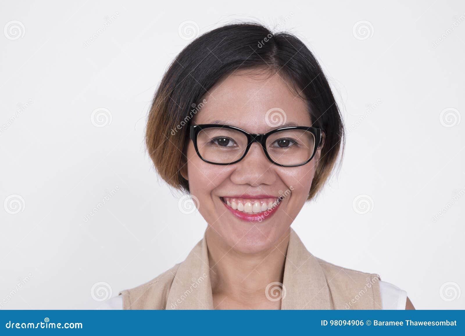 Retrato da mulher de sorriso de Ásia do negócio isolada no branco
