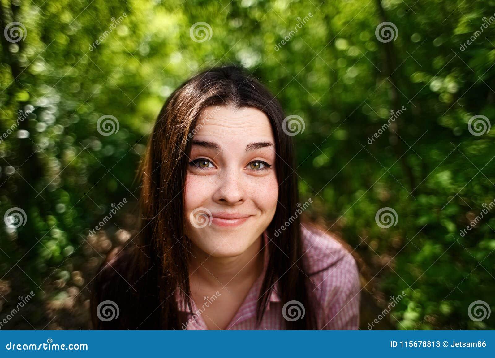 Retrato da mulher de sorriso nova engraçada bonita bonito