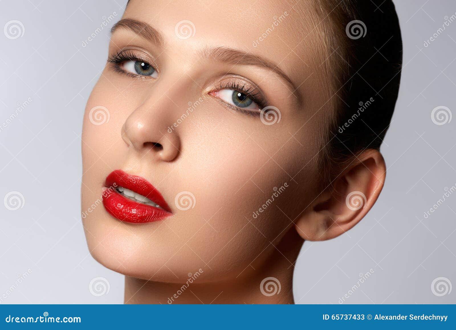 Retrato da mulher elegante com bordos vermelhos Modelo novo bonito w