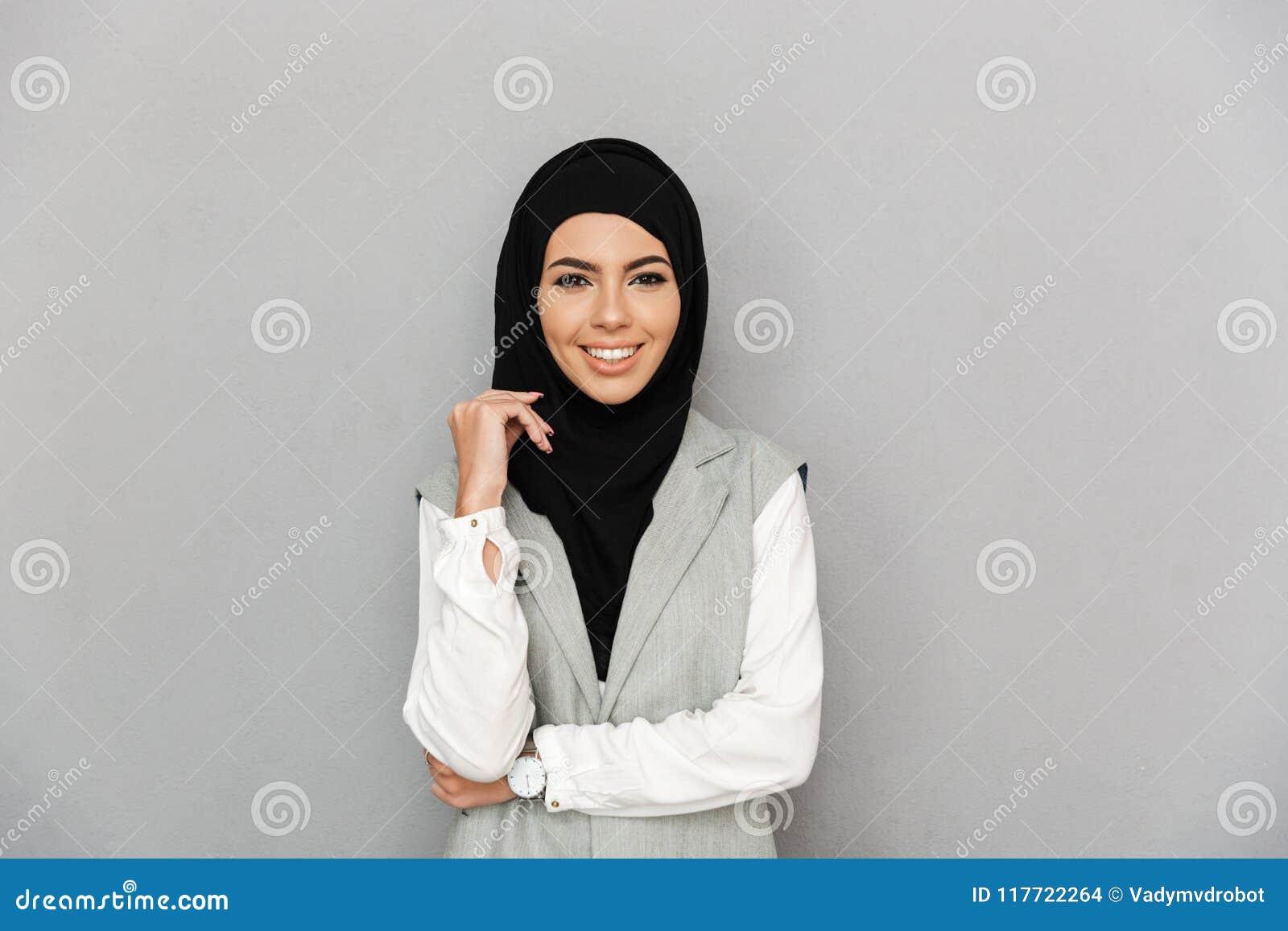 Retrato da mulher elegante muçulmana 20s no sorriso e no lookin do hijab