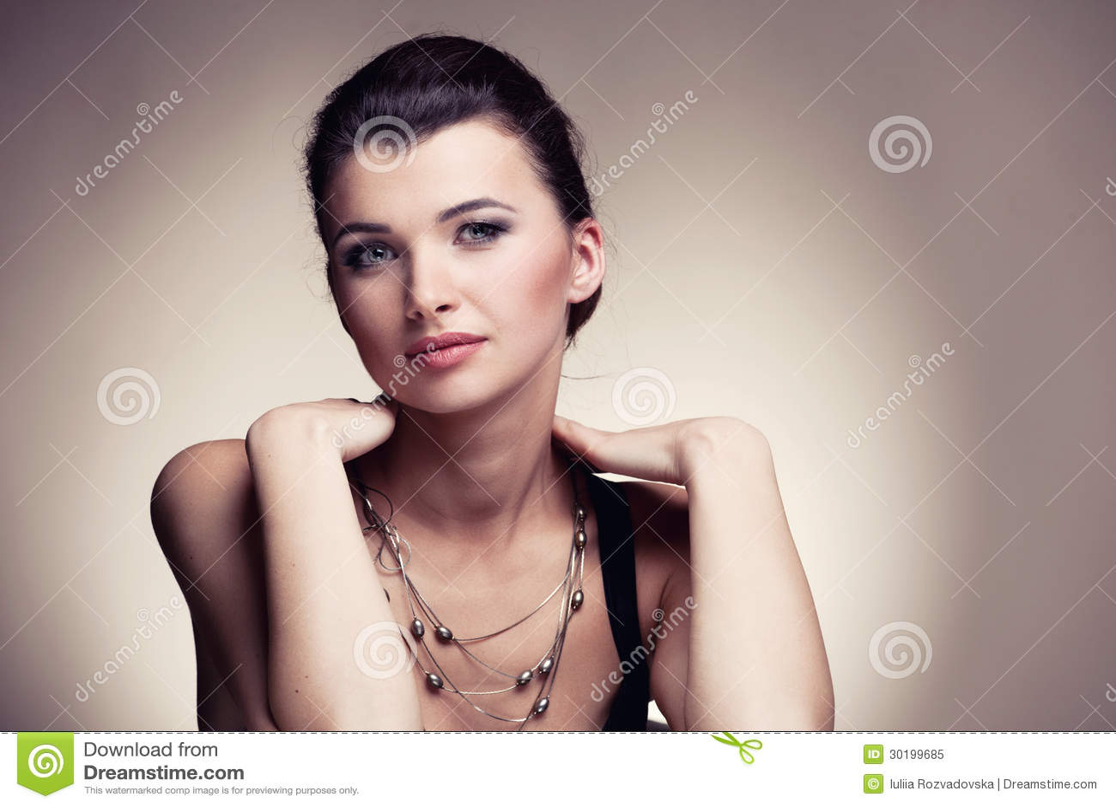 Retrato da mulher na jóia exclusiva no fundo natural