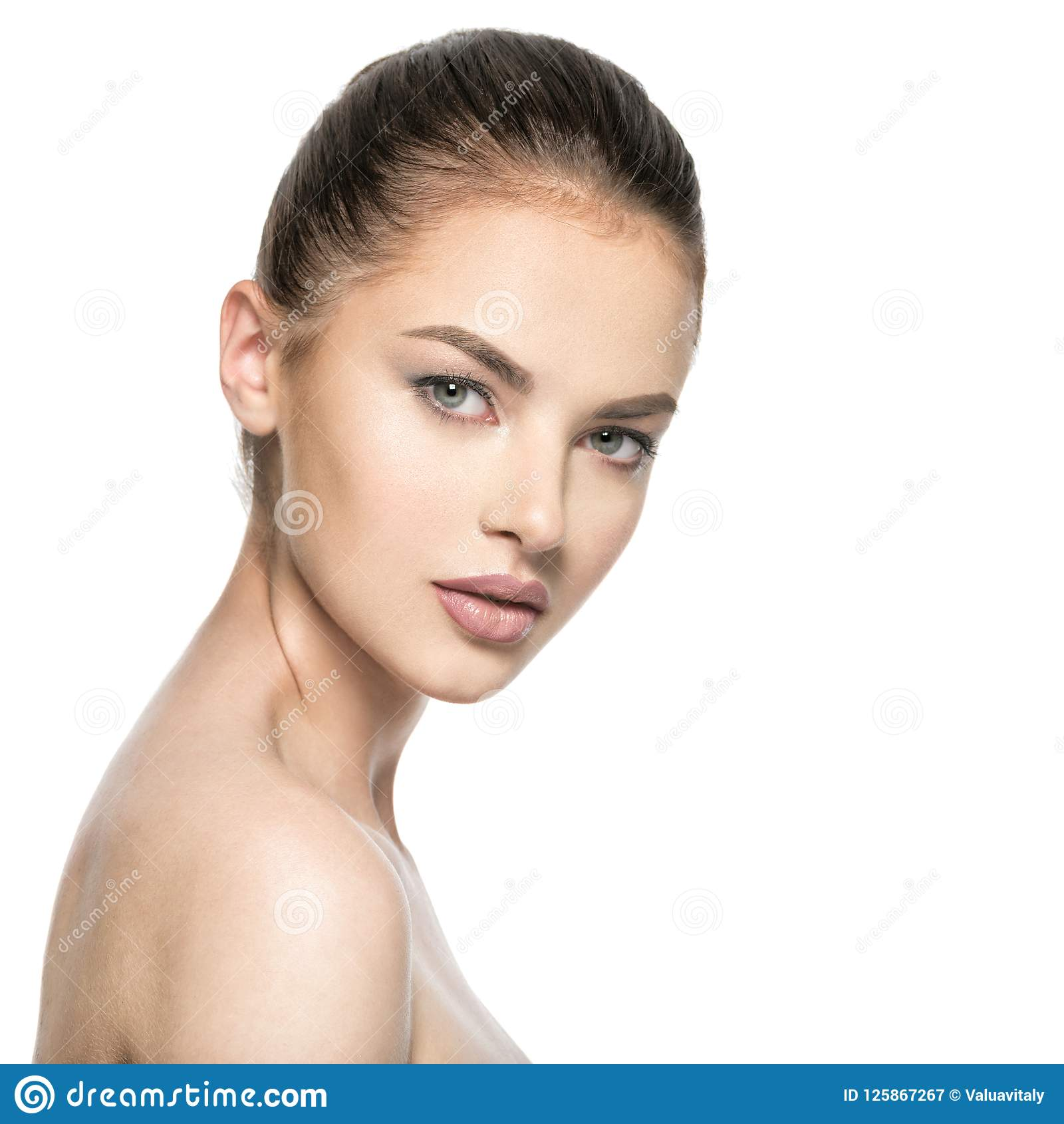 Retrato da mulher moreno nova bonita com cara da beleza