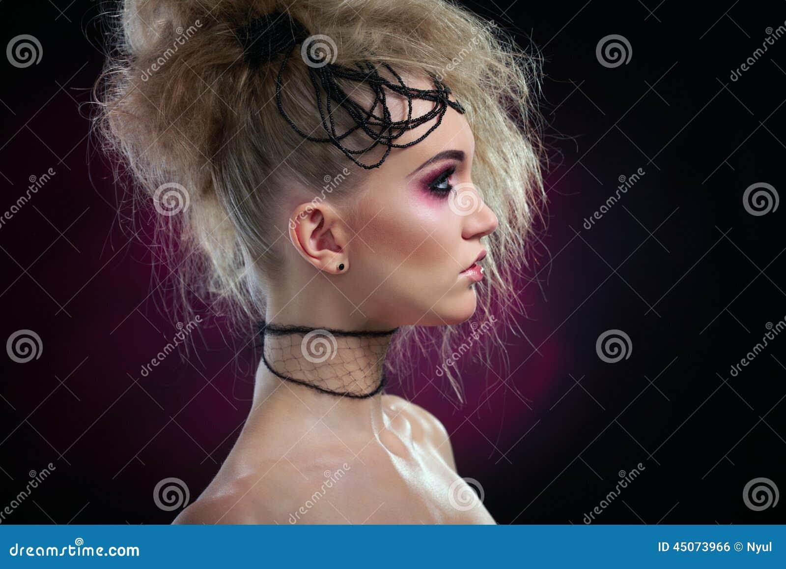 Retrato da mulher na composição do Dia das Bruxas