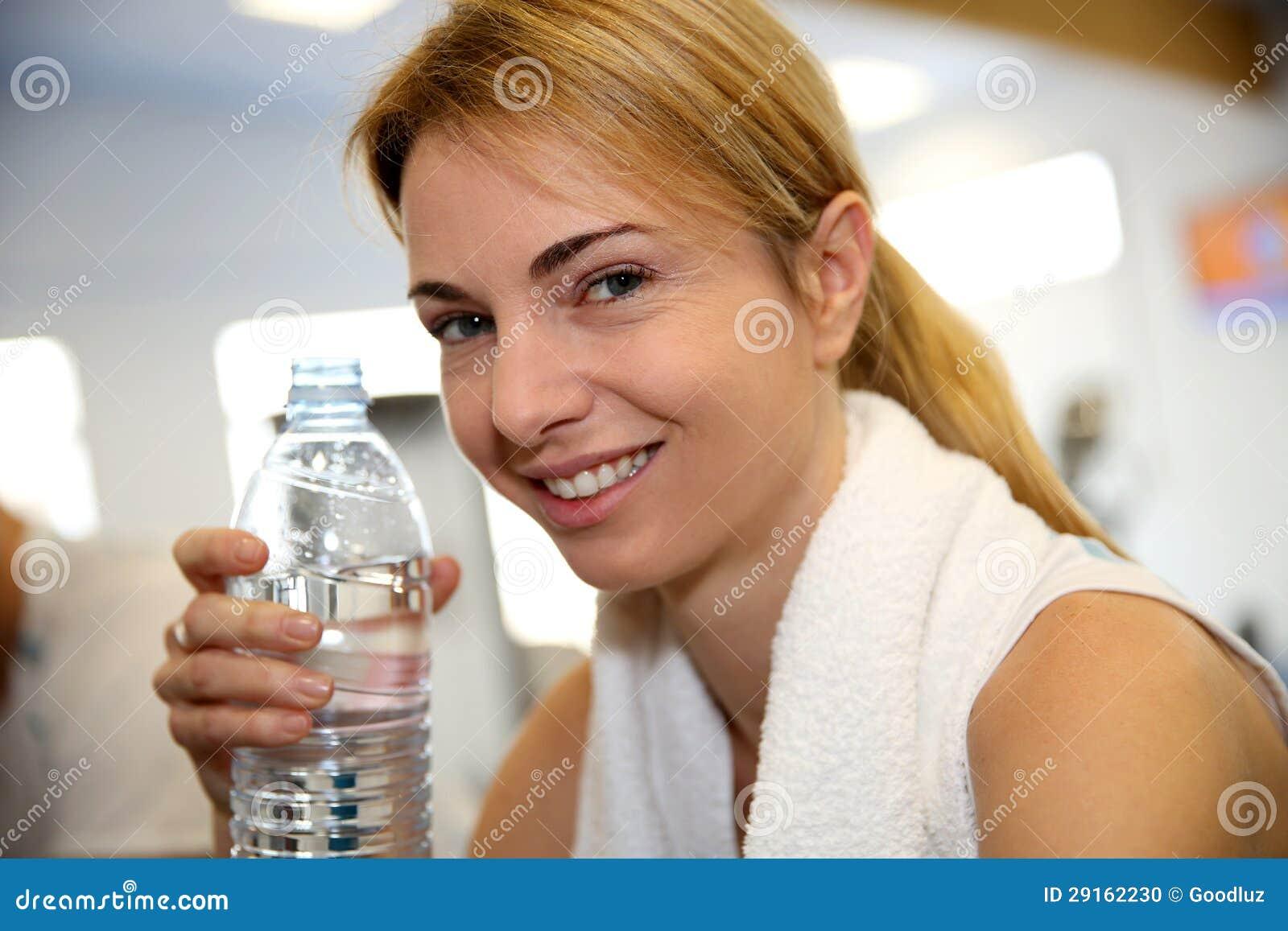 Retrato da mulher no fitness center