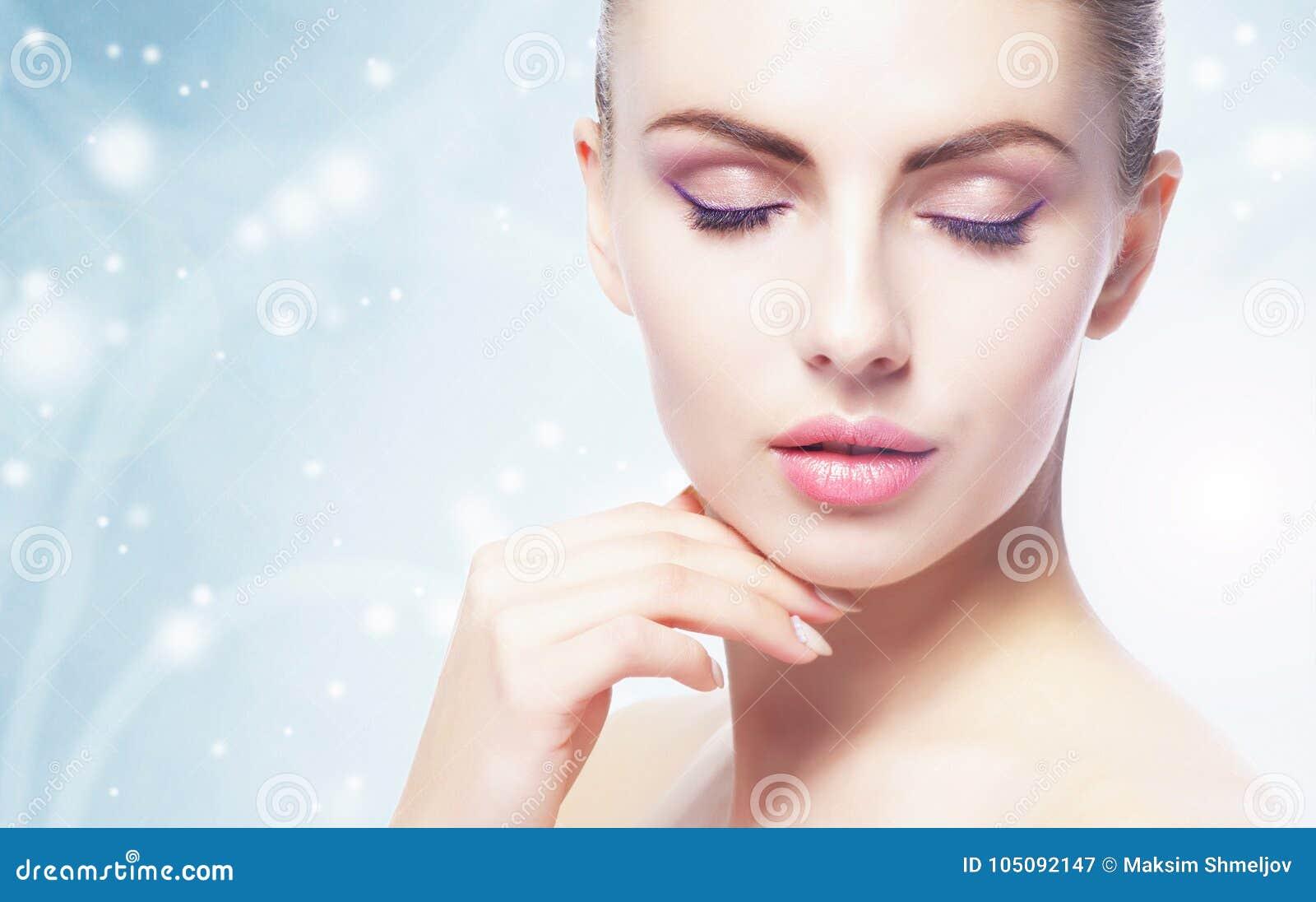 Retrato da mulher nova, bonita e saudável: sobre o fundo do inverno Cuidados médicos, termas, composição e conceito do levantamen