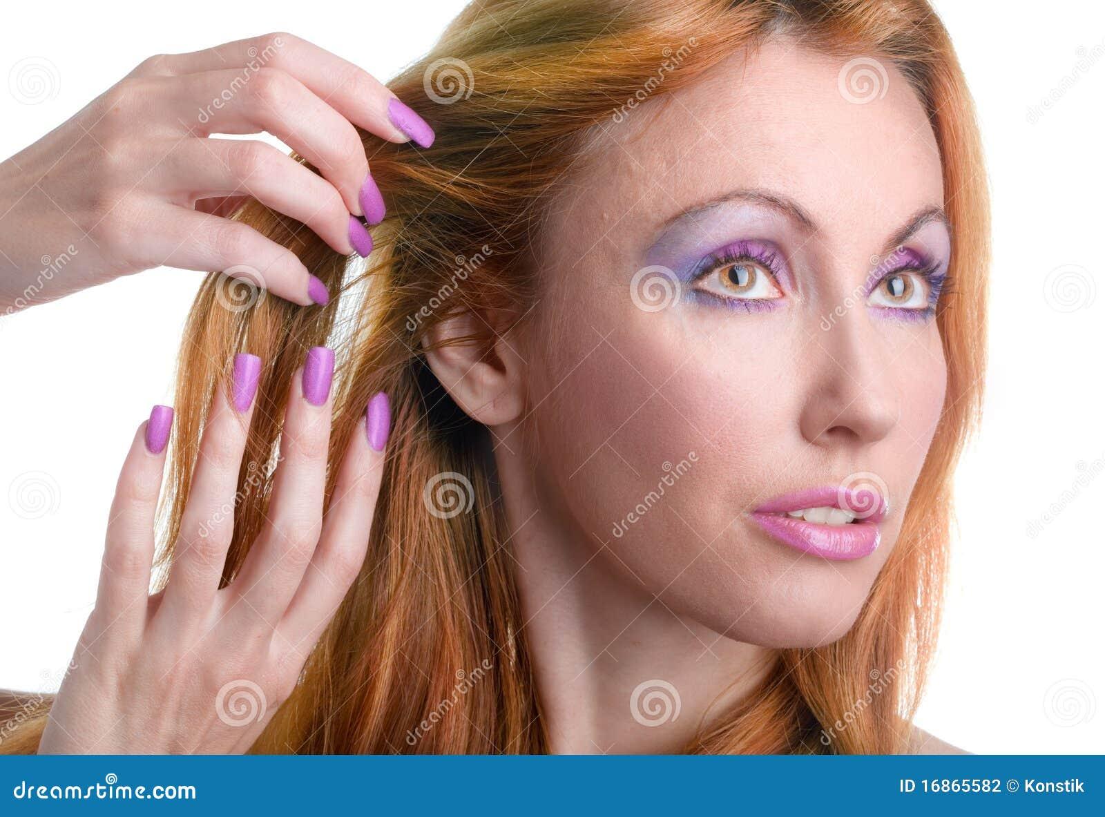 Retrato da mulher nova com uma composição na cor-de-rosa