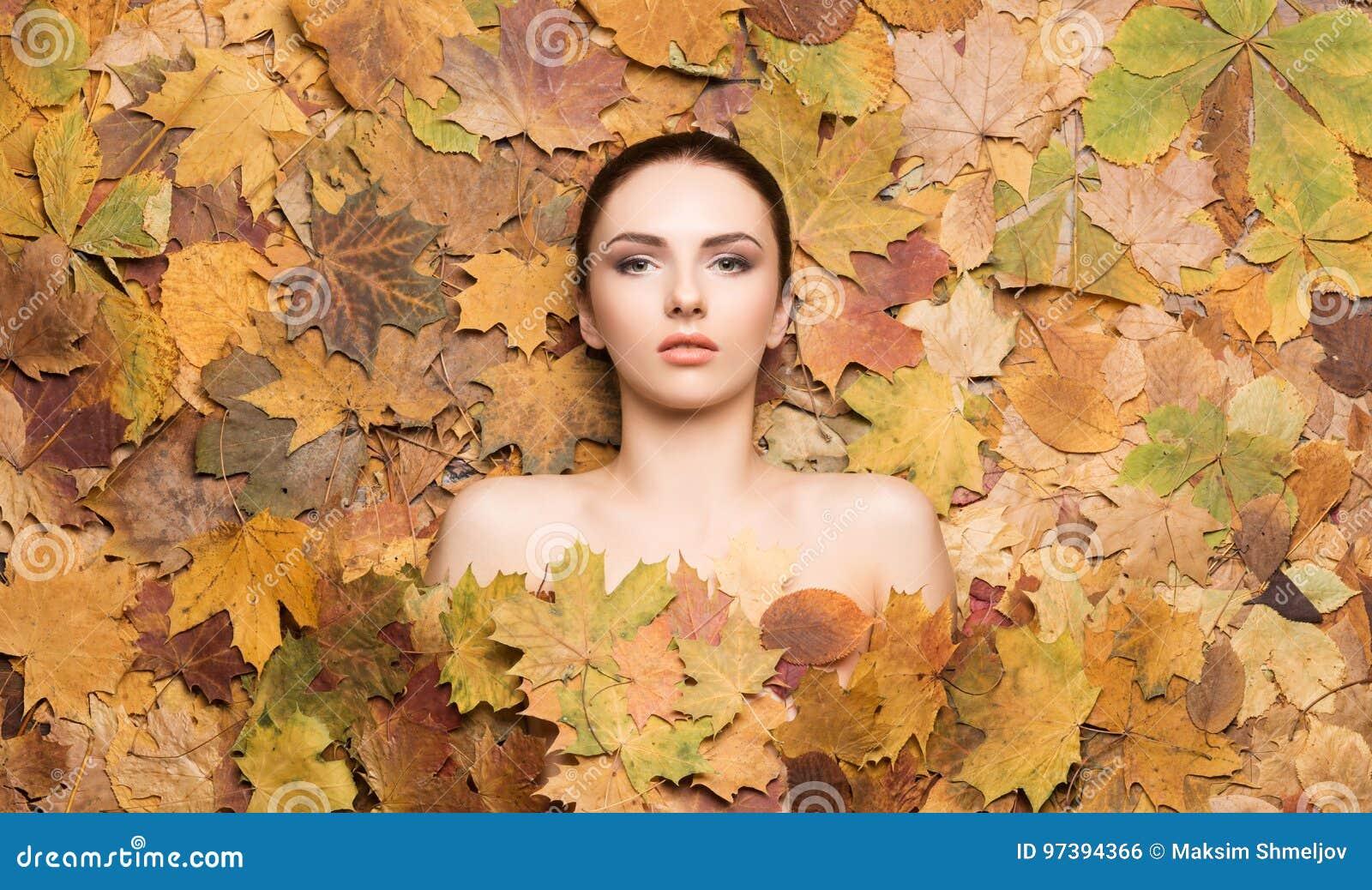Retrato da mulher nova, natural e saudável sobre o backgro do outono