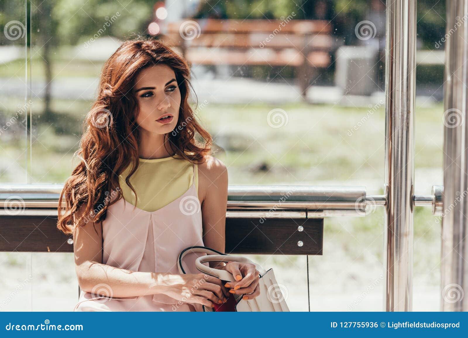 Retrato da mulher pensativa nova