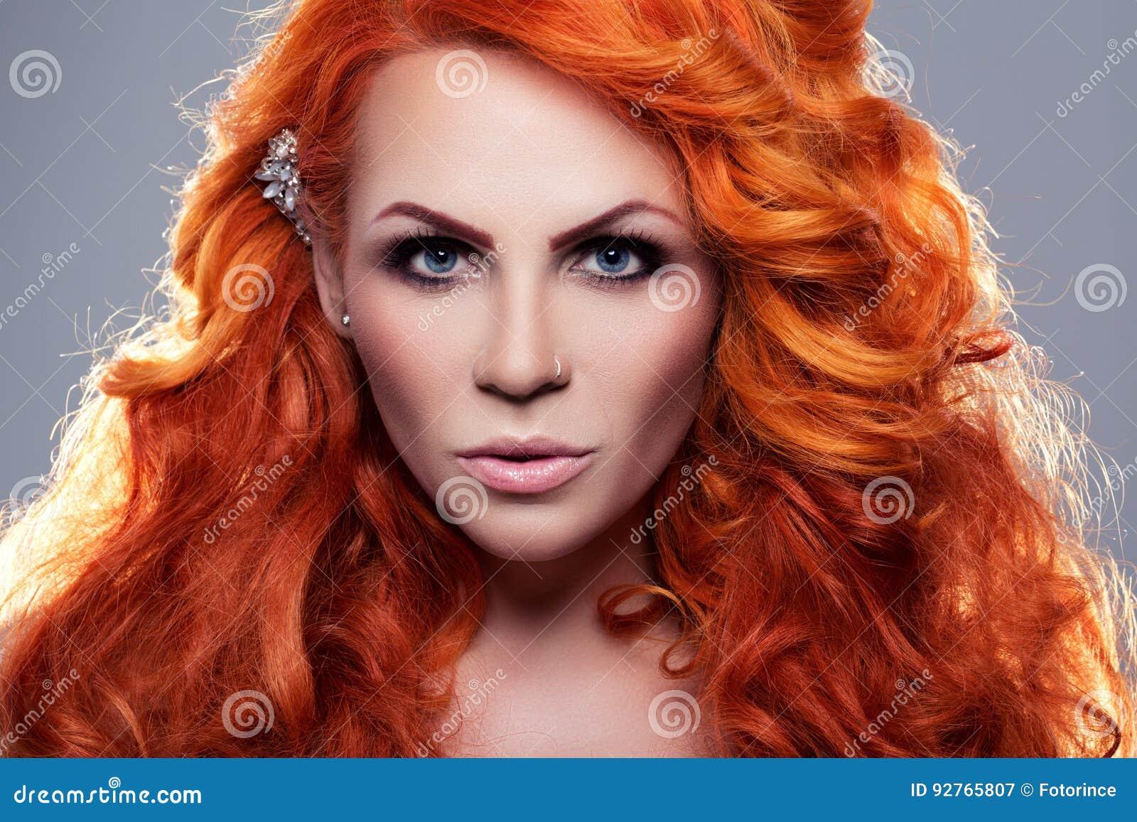 Retrato da mulher ruivo bonita