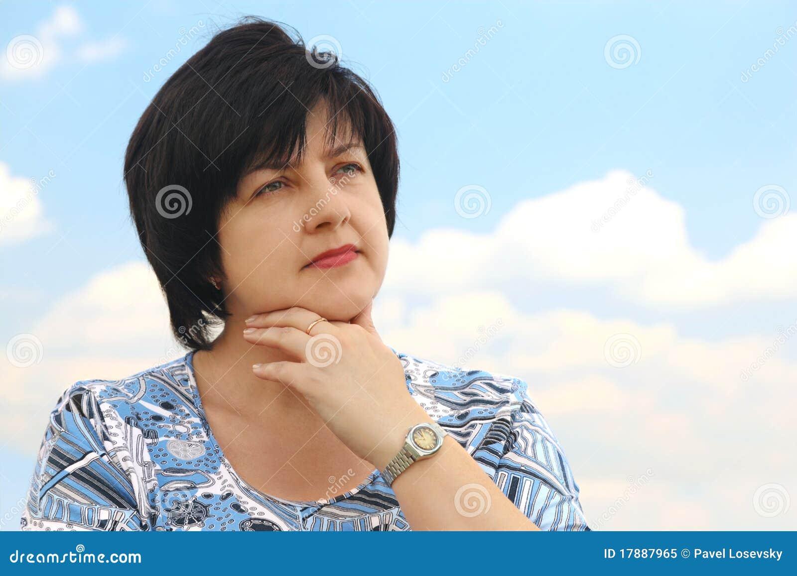 Retrato da mulher séria plumpy triguenha