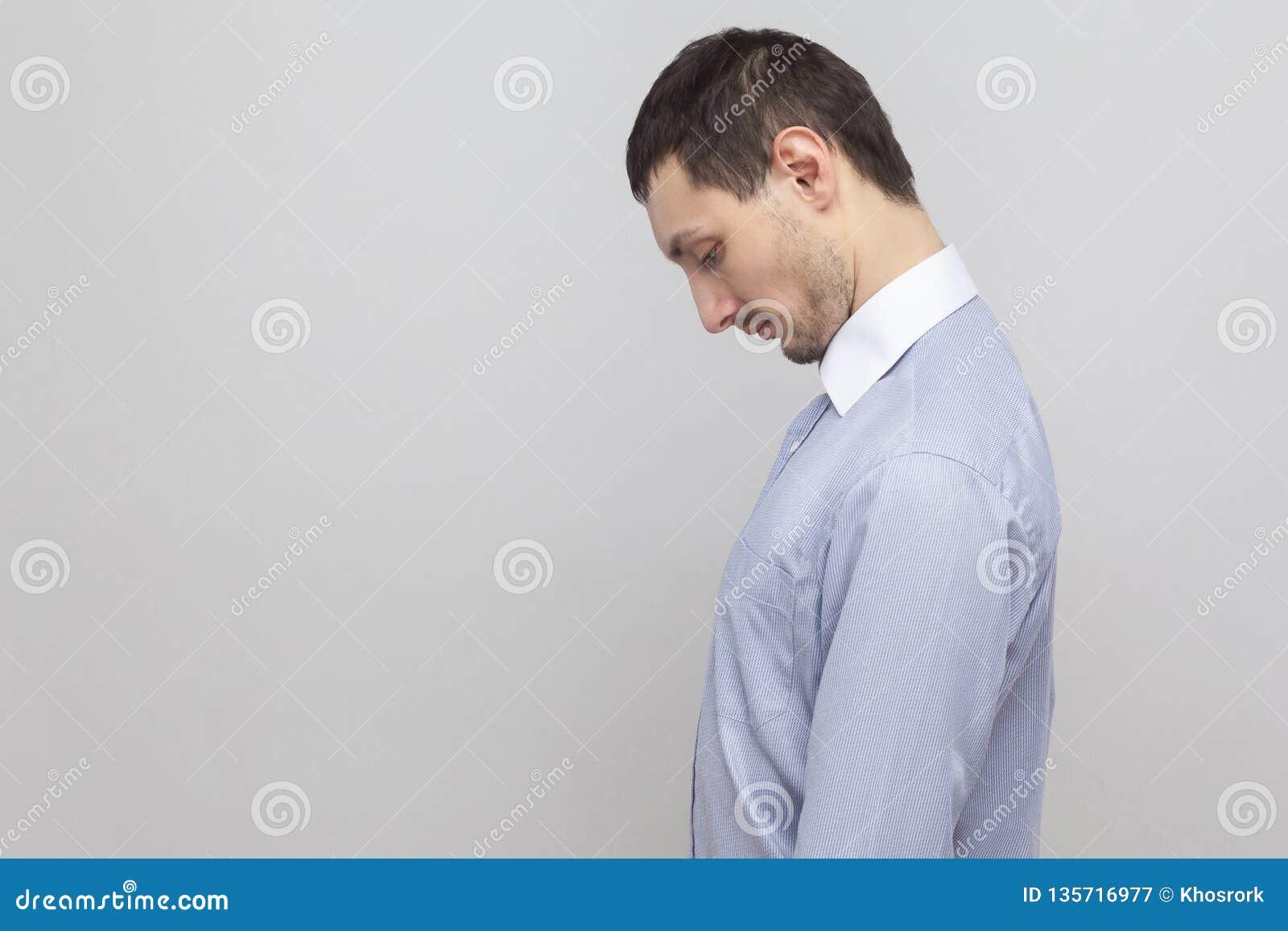 Retrato da opinião lateral do perfil do homem de negócios considerável deprimido triste da cerda na cabeça azul clássica da terra
