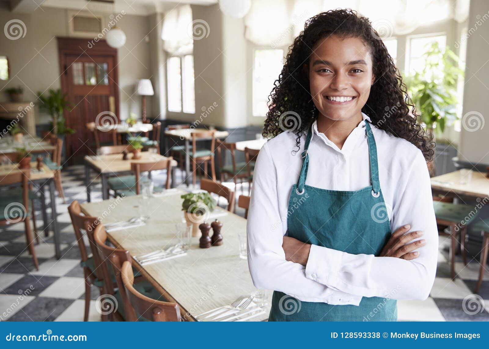 Retrato da sala fêmea de In Empty Dining do gerente do restaurante