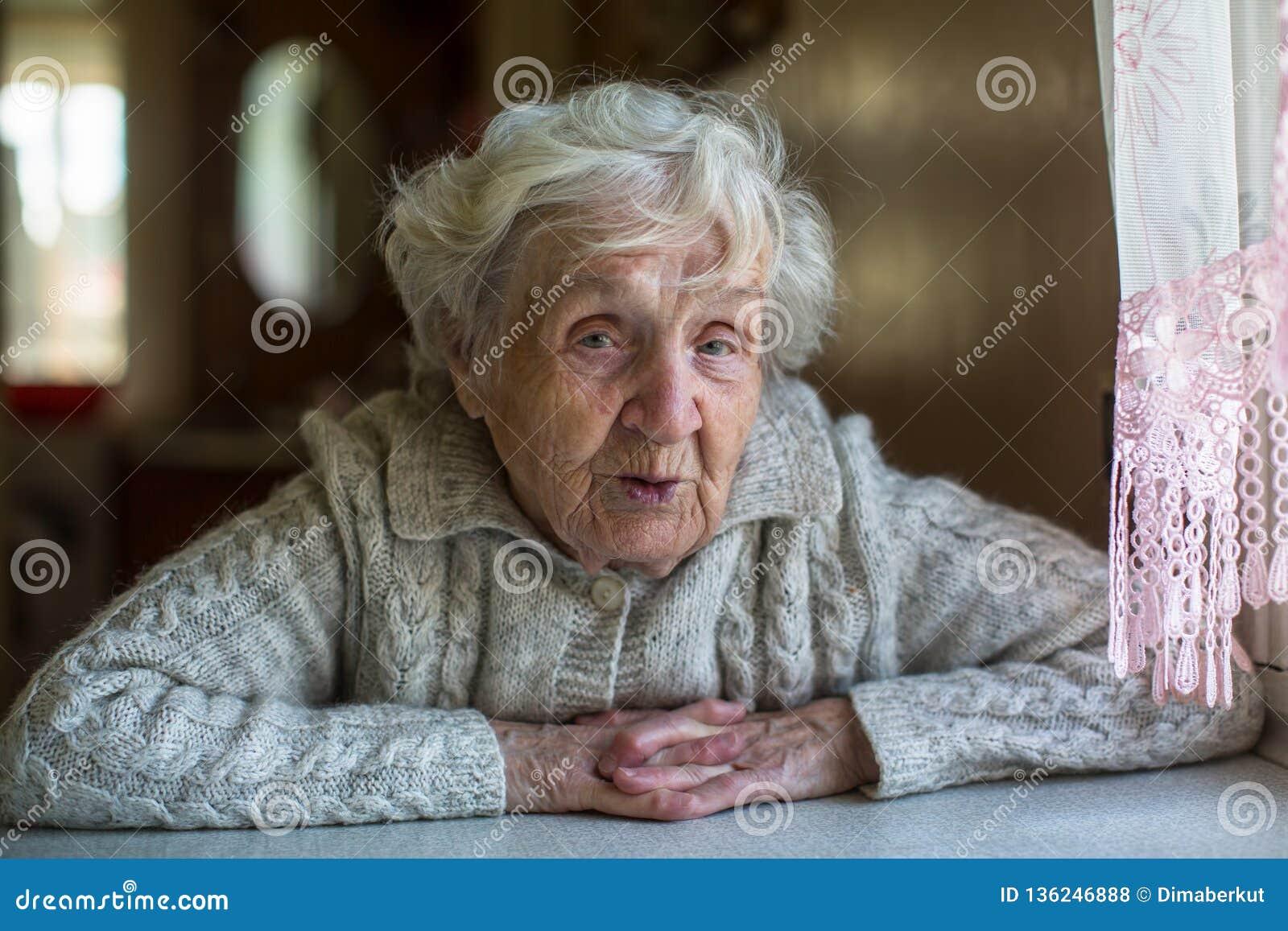 Retrato da senhora idosa do pensionista com um olhar irônico