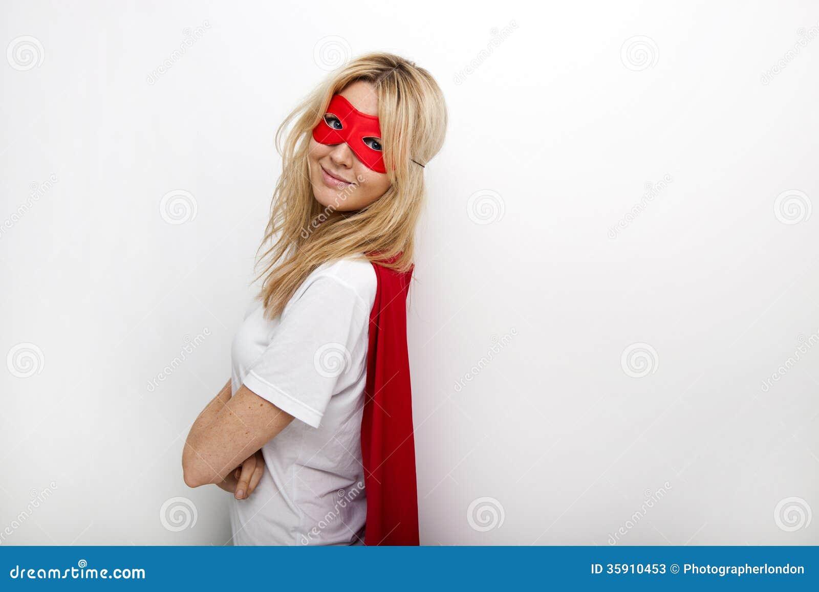 Retrato da vista lateral da mulher segura no super-herói contra o fundo branco