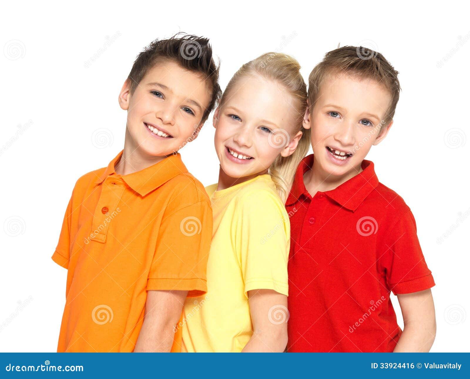 Retrato das crianças felizes isoladas no branco