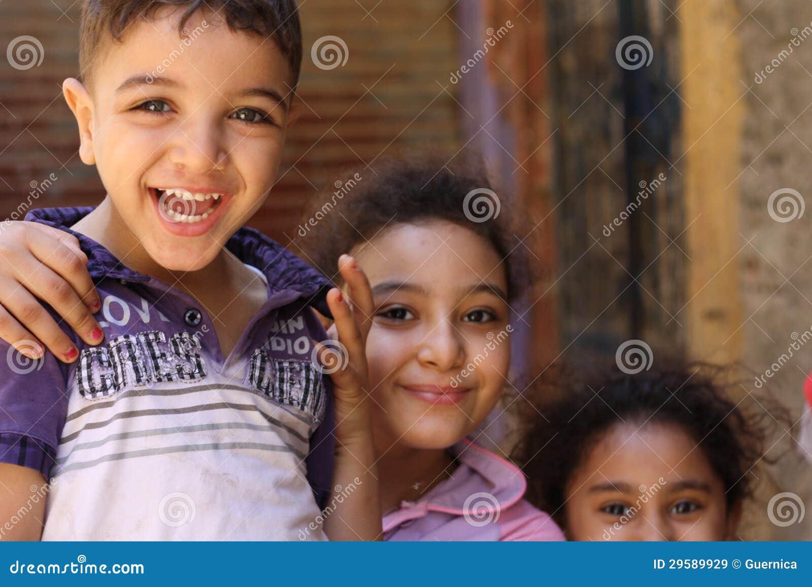 Retrato das crianças felizes que jogam e que riem, fundo da rua em giza, Egipto