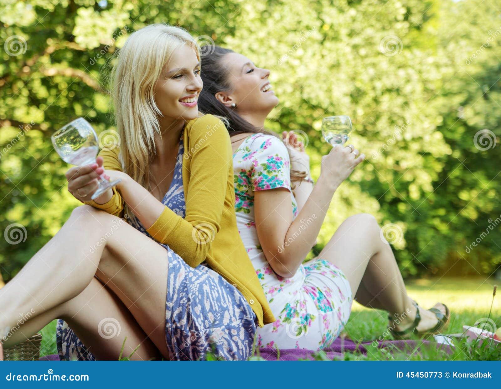 Retrato das duas amigas alegres