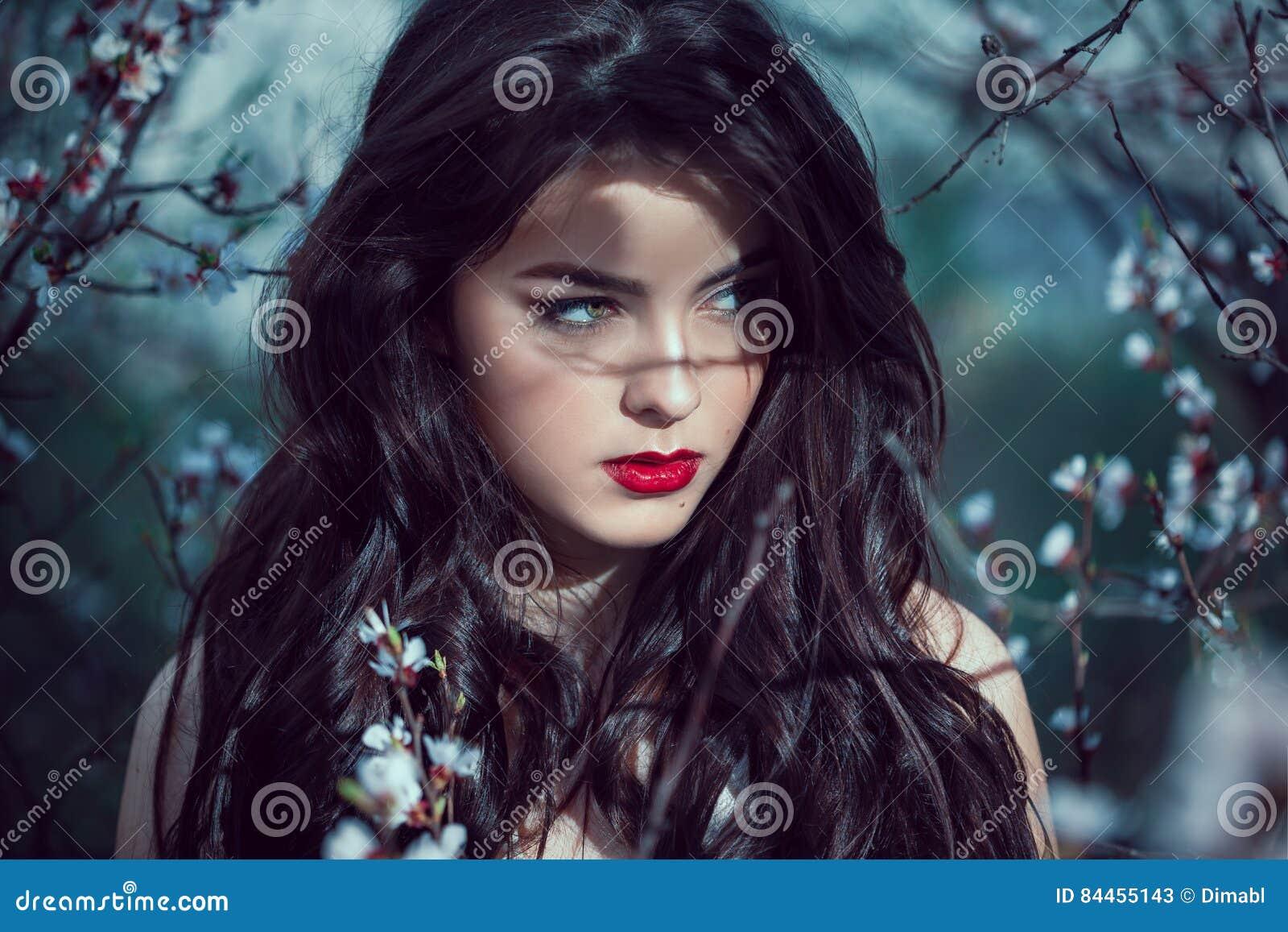 Retrato de Art Fashion Spring Model Girl en bosque de la noche